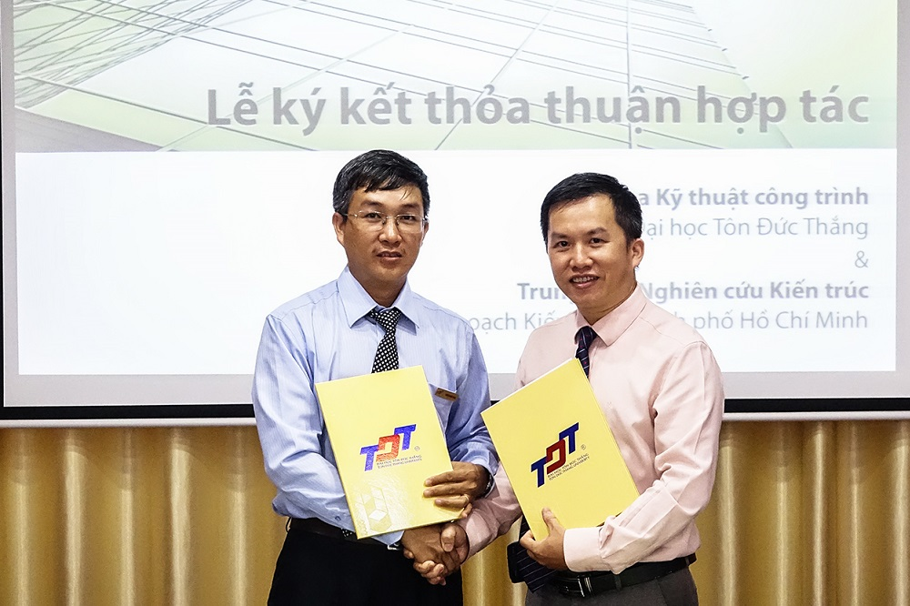 Dr. Tran Minh Tung, the Dean of the Faculty of Civil Engineering of TDTU and Dr. Tran Anh Tuan,the Acting director of the Architecture Research Center, HCMC Department of Planning and Architecture exchanging the signed document