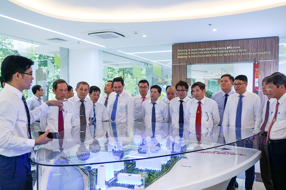 Đoàn VRG tham quan mô hình tổng thể campus Tân Phong, TDTU