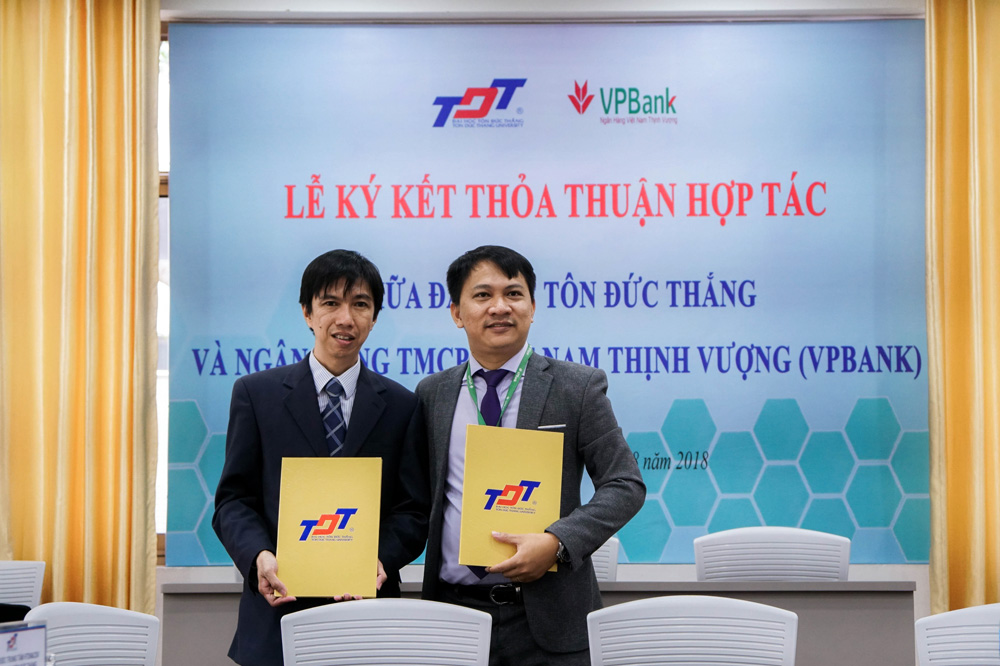 PhD. Vo Hoang Duy and Mr. Nguyen Hoang Tu exchanging the MOUs