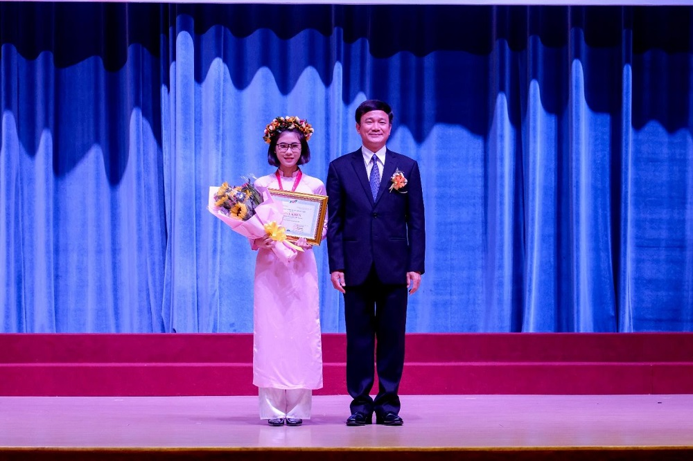 Prof. Le Vinh Danh, President of TDTU, awarded certificate and scholarship to Nguyen Tran Kieu Anh for being the valedictorian of the new intake